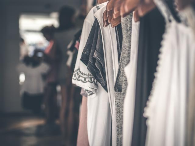 Alignement de vêtements sur des cintres