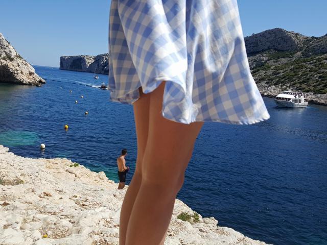 Jeune fille dans les Calanques de Marseille