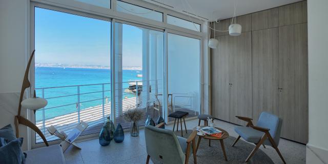 Vue d'une chambre de l'hôtel les bords de mer sur la mer