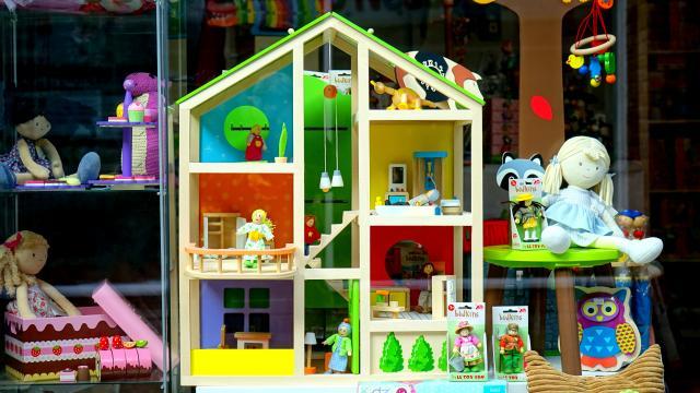 petite maison de poupée et jouets