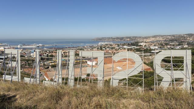 Vue des lettres Marseille sur la colline du Parc Foresta