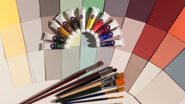 Pinceaux et tubes de peinture colorés