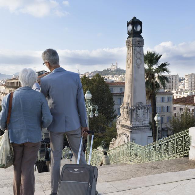 Gare St Charles à Marseille, extérieur. Couple en haut des escaliers