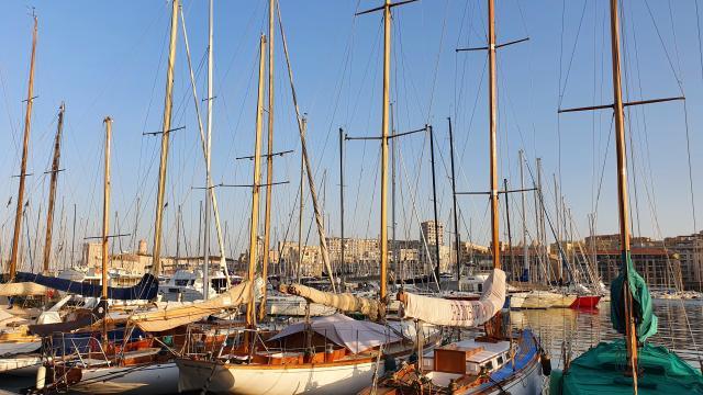 bateaux dans le vieux port de marseille