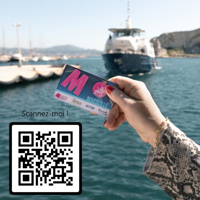 Main tenant un CityPass Marseille avec QR Code pour télécharger l'application