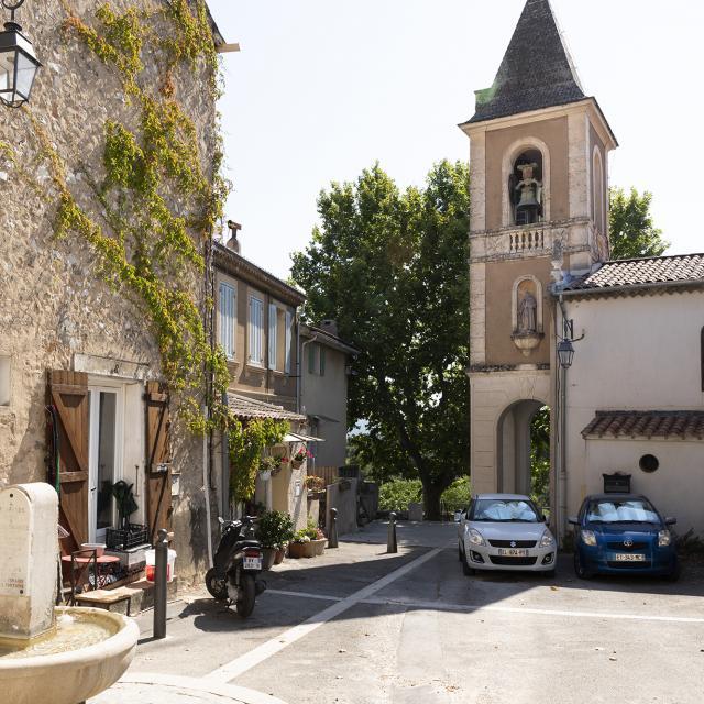Place du village de la treille avec clocher