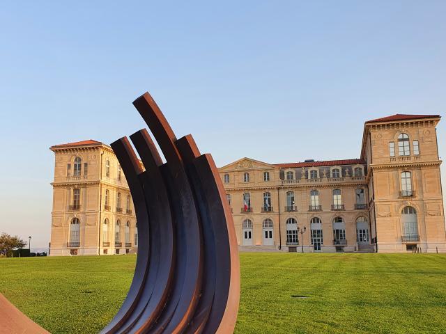 Sculpture devant le Palais Du Pharo
