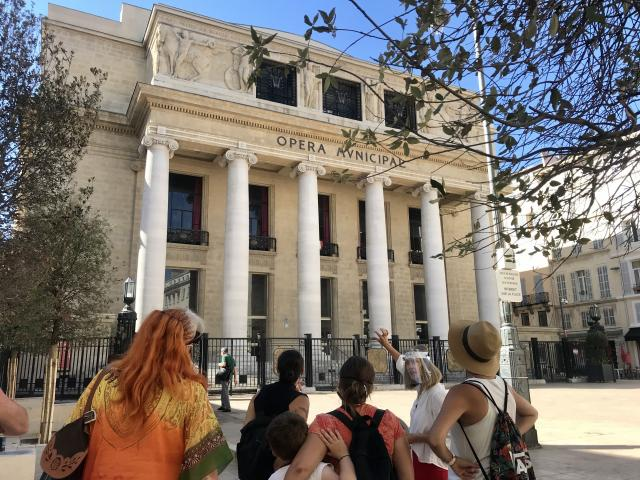 Groupe de visiteurs devant l'opéra municipal