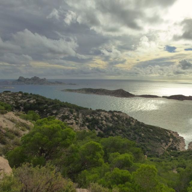 Vue sur la calanque de la mounine et l'archipel de riou