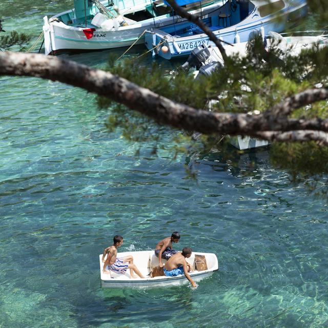 Personnes sur un bateau dans la calanque