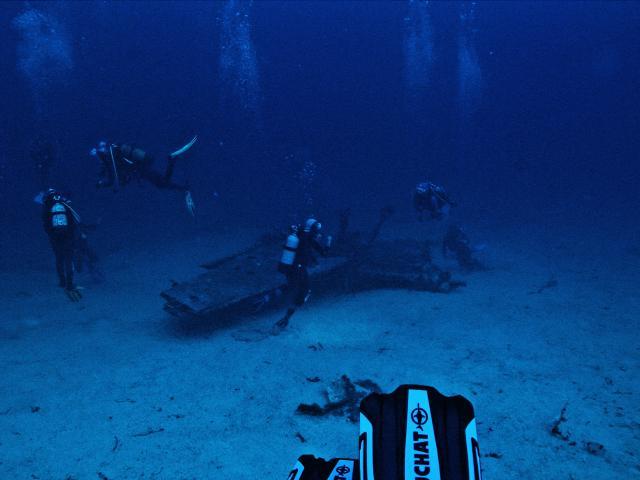 Plongeurs autour d'une épave dans les calanques