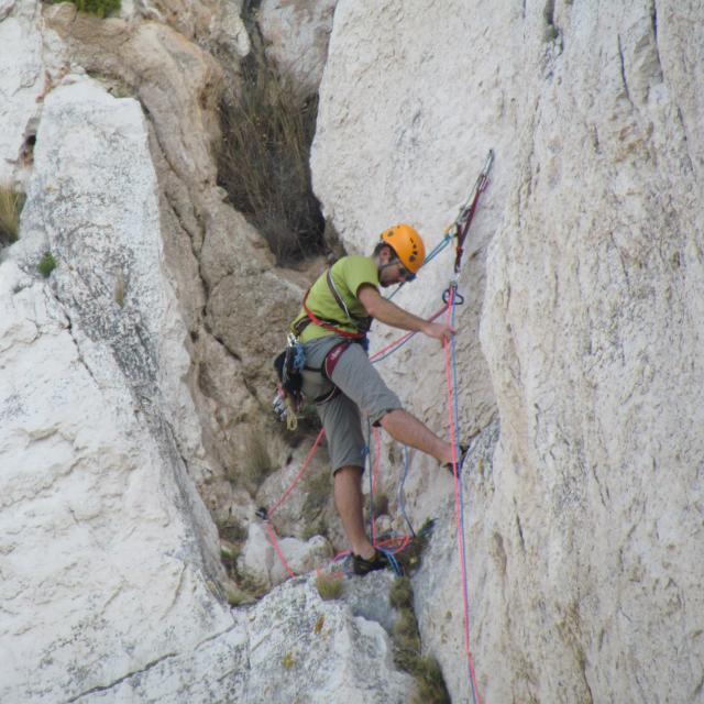 grimpeur sur une voie d'escalade