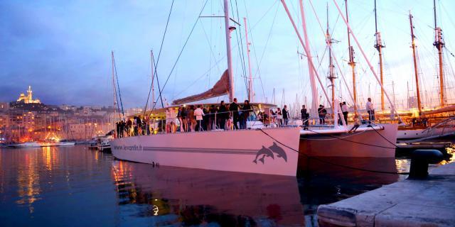 Catamaran dans le vieux port au coucher du soleil