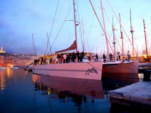 Catamaran dans le vieux port