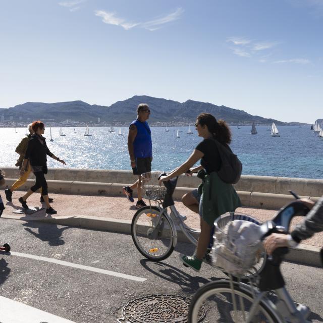 promeneur et vélo sur la corniche kennedy à Marseille