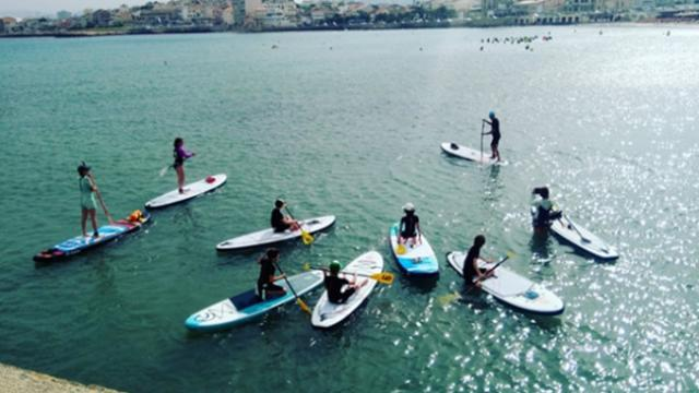 Groupe de personnes sur des paddle