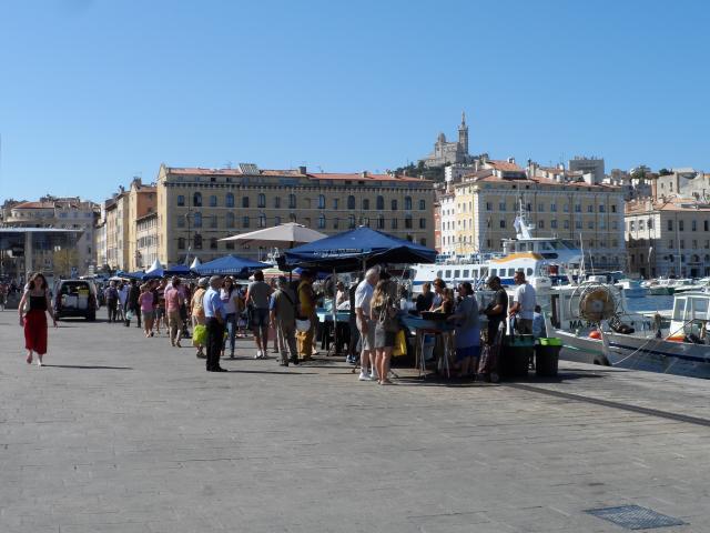 Marché aux poissons sur le Vieux-Port à Marseille