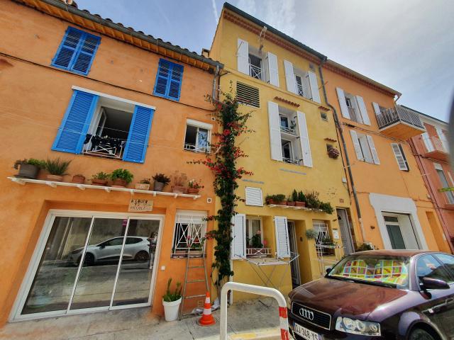 Façade colorée du village de Mazargues
