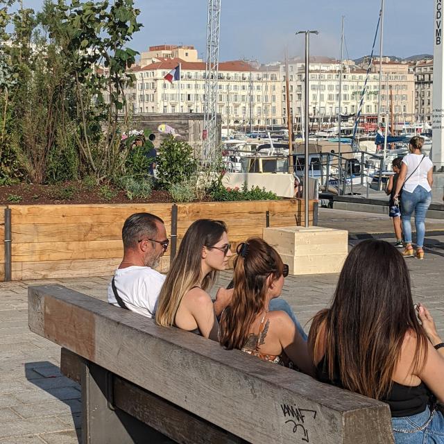 Personnes assises sur un banc