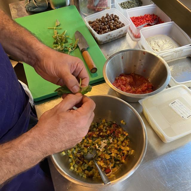 Préparation d'un plat par le chef au restaurant Camas Sutra