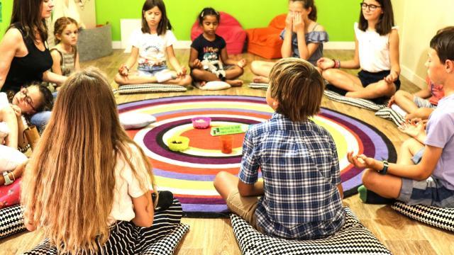 Enfants qui font du yoga