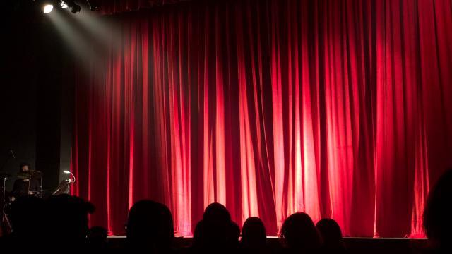 scene de theatre rideau fermé